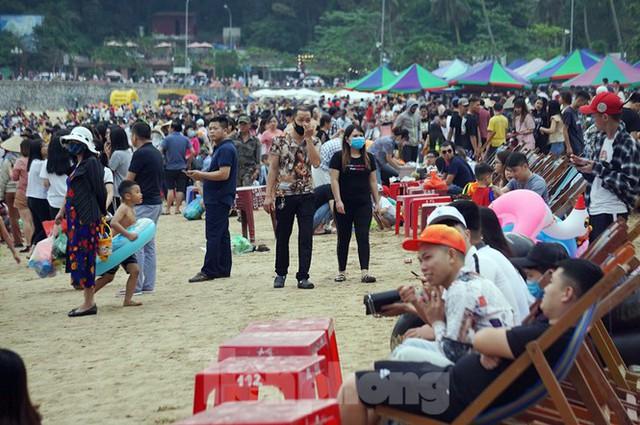 Nắng nóng cuối tuần sau nghỉ lễ, bãi biển Đồ Sơn thất thủ  - Ảnh 6.