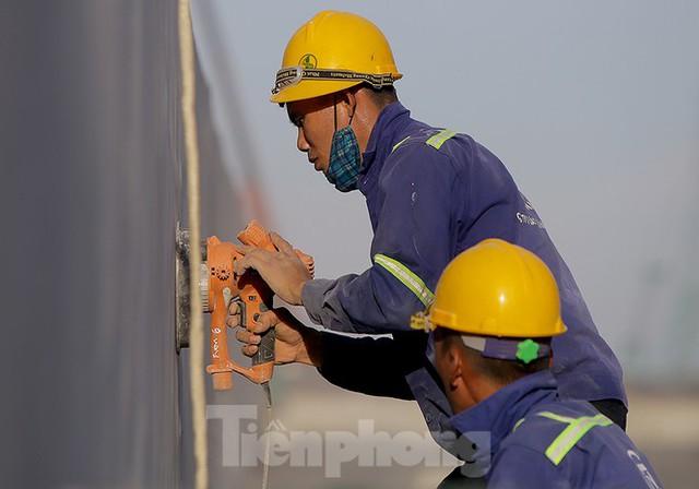 Công nhân phơi mình dưới trời nắng đổ lửa ở Hà Nội - Ảnh 2.