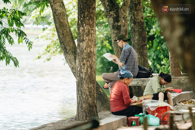 Ảnh: Nhiệt độ ngoài đường tại Hà Nội lên tới 50 độ C, người dân trùm khăn áo kín mít di chuyển trên phố - Ảnh 12.