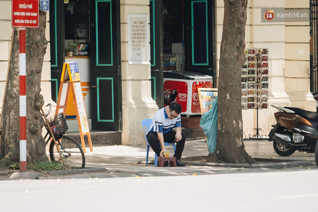 Ảnh: Nhiệt độ ngoài đường tại Hà Nội lên tới 50 độ C, người dân trùm khăn áo kín mít di chuyển trên phố - Ảnh 15.