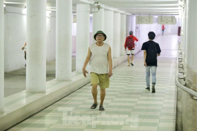 Người dân Hà Nội bịt kín mít, chui xuống hầm đi bộ tránh nóng như đổ lửa - Ảnh 2.