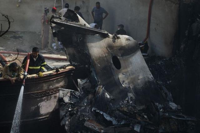 Người đàn ông may mắn thoát chết trong vụ rơi máy bay Pakistan vì lỗi hệ thống đặt vé online - Ảnh 1.