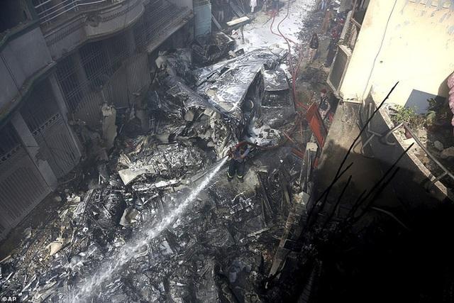 Người đàn ông may mắn thoát chết trong vụ rơi máy bay Pakistan vì lỗi hệ thống đặt vé online - Ảnh 2.