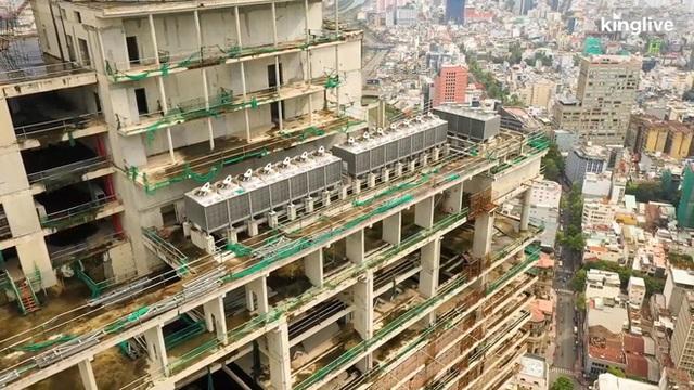 Flycam cận cảnh tòa cao ốc bị bỏ hoang gần một thập kỷ ngay giữa trung tâm Sài Gòn - Ảnh 3.