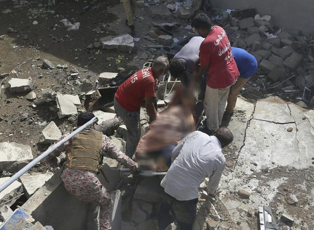 Người đàn ông may mắn thoát chết trong vụ rơi máy bay Pakistan vì lỗi hệ thống đặt vé online - Ảnh 4.