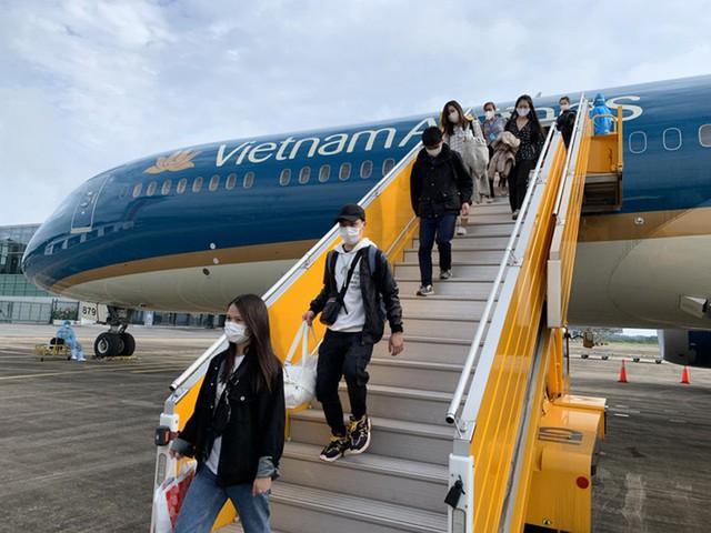Hơn 300 công dân Việt Nam ở châu Âu, châu Phi trở về nước an toàn - Ảnh 1.