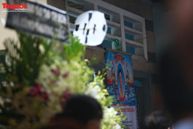 Bí thư Nguyễn Thiện Nhân bật khóc khi viếng bé trai bị cây phượng vĩ đè tử vong tại trường - Ảnh 1.