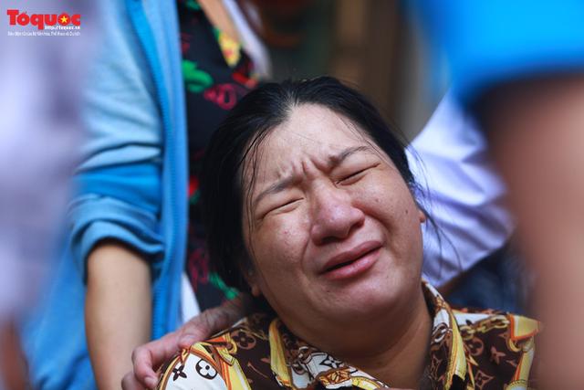 Bí thư Nguyễn Thiện Nhân bật khóc khi viếng bé trai bị cây phượng vĩ đè tử vong tại trường - Ảnh 13.