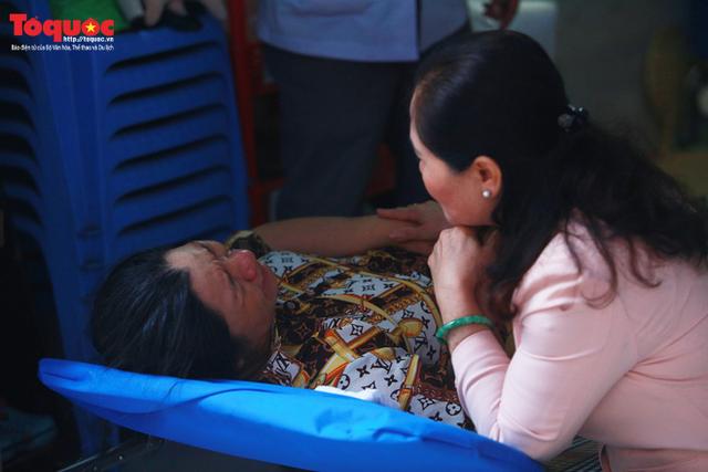 Bí thư Nguyễn Thiện Nhân bật khóc khi viếng bé trai bị cây phượng vĩ đè tử vong tại trường - Ảnh 14.