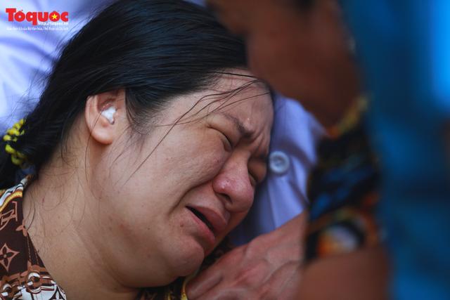 Bí thư Nguyễn Thiện Nhân bật khóc khi viếng bé trai bị cây phượng vĩ đè tử vong tại trường - Ảnh 15.