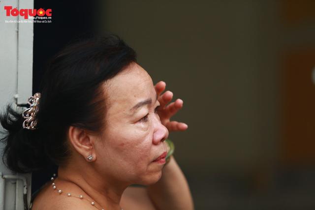 Bí thư Nguyễn Thiện Nhân bật khóc khi viếng bé trai bị cây phượng vĩ đè tử vong tại trường - Ảnh 8.