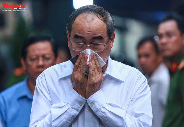 Bí thư Nguyễn Thiện Nhân bật khóc khi viếng bé trai bị cây phượng vĩ đè tử vong tại trường - Ảnh 10.