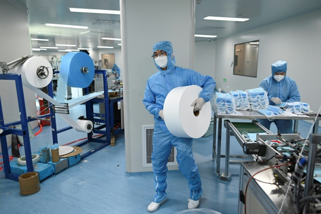 Trung Quốc đối mặt nguy cơ thiêu bỉm, băng vệ sinh vì khẩu trang - Ảnh 1.