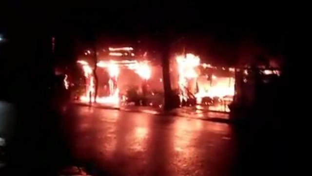 Nhà hàng của MC Nguyên Khang tại Phú Quốc cháy rụi trong biển lửa  - Ảnh 1.