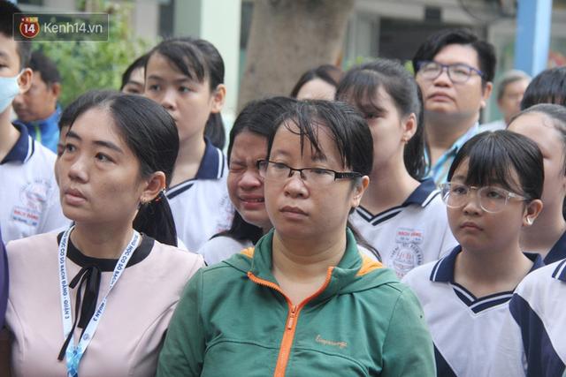 Trời lất phất mưa trong buổi đến trường cuối cùng của cậu học sinh lớp 6, hàng trăm người xót xa tiễn em về cõi vĩnh hằng - Ảnh 17.