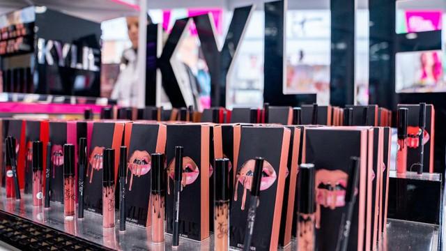 Kylie Jenner bị Forbes tước danh tỷ phú - Ảnh 3.