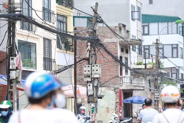Ảnh: Cận cảnh tuyến phố mạng nhện tử thần khiến người đi đường thót tim ở Hà Nội - Ảnh 11.