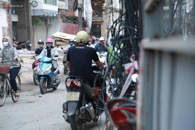 Ảnh: Cận cảnh tuyến phố mạng nhện tử thần khiến người đi đường thót tim ở Hà Nội - Ảnh 15.