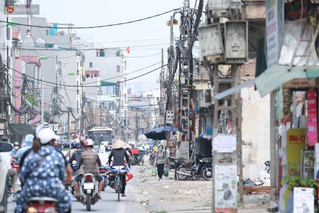 Ảnh: Cận cảnh tuyến phố mạng nhện tử thần khiến người đi đường thót tim ở Hà Nội - Ảnh 16.