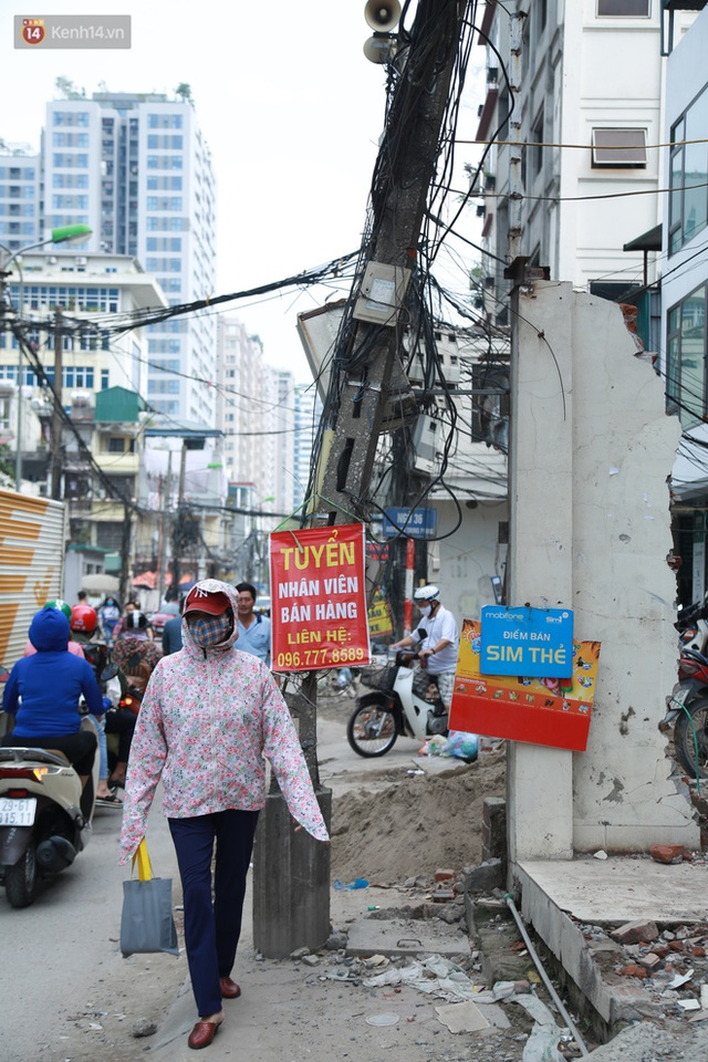 Ảnh: Cận cảnh tuyến phố mạng nhện tử thần khiến người đi đường thót tim ở Hà Nội - Ảnh 17.