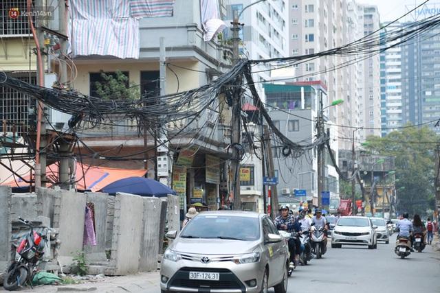 Ảnh: Cận cảnh tuyến phố mạng nhện tử thần khiến người đi đường thót tim ở Hà Nội - Ảnh 18.