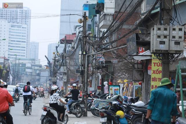 Ảnh: Cận cảnh tuyến phố mạng nhện tử thần khiến người đi đường thót tim ở Hà Nội - Ảnh 3.