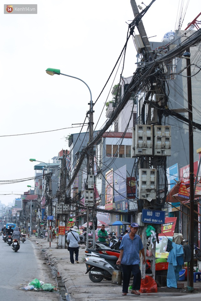 Ảnh: Cận cảnh tuyến phố mạng nhện tử thần khiến người đi đường thót tim ở Hà Nội - Ảnh 4.