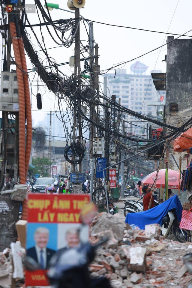 Ảnh: Cận cảnh tuyến phố mạng nhện tử thần khiến người đi đường thót tim ở Hà Nội - Ảnh 5.