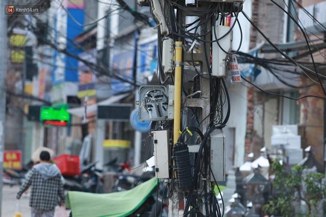 Ảnh: Cận cảnh tuyến phố mạng nhện tử thần khiến người đi đường thót tim ở Hà Nội - Ảnh 8.