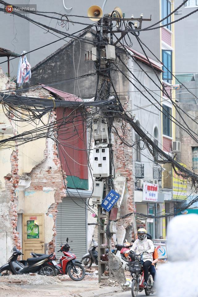 Ảnh: Cận cảnh tuyến phố mạng nhện tử thần khiến người đi đường thót tim ở Hà Nội - Ảnh 10.