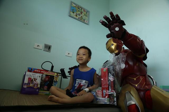 Món quà đặc biệt dịp 1/6 của biệt đội Siêu anh hùng không giải cứu thế giới dành cho bệnh nhi ung thư và chạy thận - Ảnh 4.