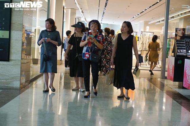 Trung tâm thương mại Hà Nội vẫn vắng vẻ, nhiều người quên đeo khẩu trang  - Ảnh 5.