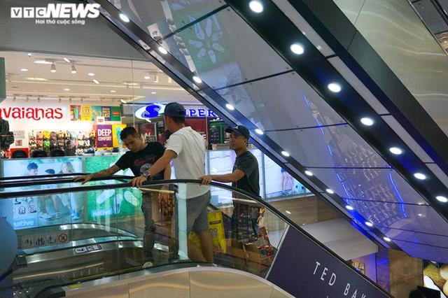 Trung tâm thương mại Hà Nội vẫn vắng vẻ, nhiều người quên đeo khẩu trang  - Ảnh 6.