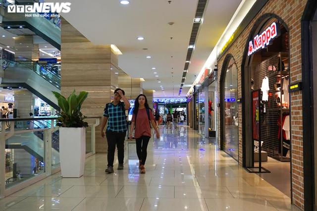 Trung tâm thương mại Hà Nội vẫn vắng vẻ, nhiều người quên đeo khẩu trang  - Ảnh 7.
