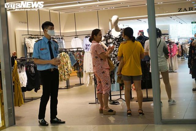 Trung tâm thương mại Hà Nội vẫn vắng vẻ, nhiều người quên đeo khẩu trang  - Ảnh 8.
