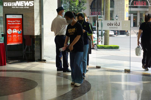 Trung tâm thương mại Hà Nội vẫn vắng vẻ, nhiều người quên đeo khẩu trang  - Ảnh 2.
