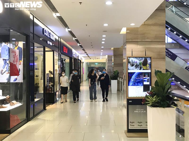 Trung tâm thương mại Hà Nội vẫn vắng vẻ, nhiều người quên đeo khẩu trang  - Ảnh 4.