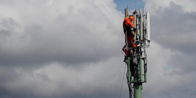 Dân Anh nhổ nước bọt vào mặt kỹ sư mạng, phá hoại 77 cột phát sóng viễn thông vì tin vào thuyết âm mưu 5G gây ra COVID-19 - Ảnh 2.