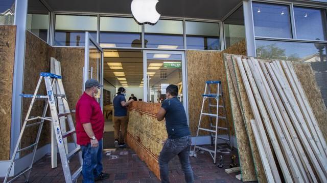 Apple Store bị cướp phá, Apple nhắc nhẹ 1 câu khiến kẻ trộm iPhone trong cuộc biểu tình tại Mỹ vội tìm cách trả lại! - Ảnh 1.