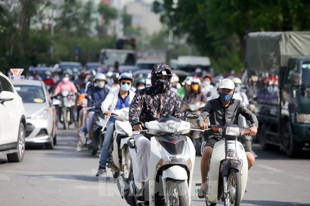 Người dân Hà Nội khổ sở ra đường trong ngày đầu đợt cao điểm nắng nóng - Ảnh 2.