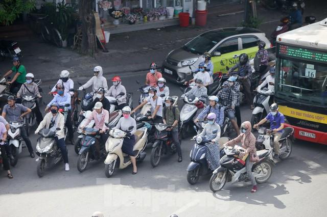 Người dân Hà Nội khổ sở ra đường trong ngày đầu đợt cao điểm nắng nóng - Ảnh 13.