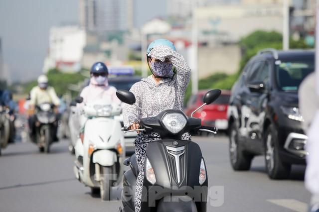 Người dân Hà Nội khổ sở ra đường trong ngày đầu đợt cao điểm nắng nóng - Ảnh 14.