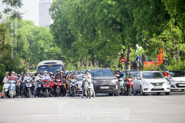 Người dân Hà Nội khổ sở ra đường trong ngày đầu đợt cao điểm nắng nóng - Ảnh 3.