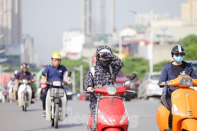 Người dân Hà Nội khổ sở ra đường trong ngày đầu đợt cao điểm nắng nóng - Ảnh 4.