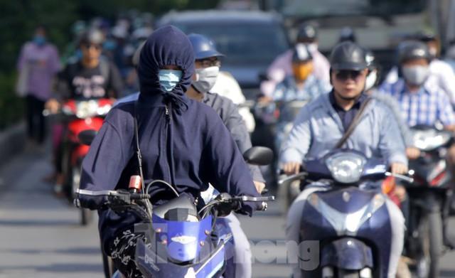 Người dân Hà Nội khổ sở ra đường trong ngày đầu đợt cao điểm nắng nóng - Ảnh 5.