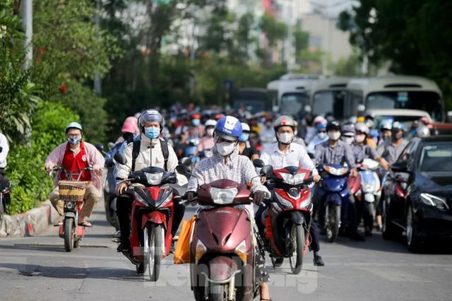 Người dân Hà Nội khổ sở ra đường trong ngày đầu đợt cao điểm nắng nóng - Ảnh 6.