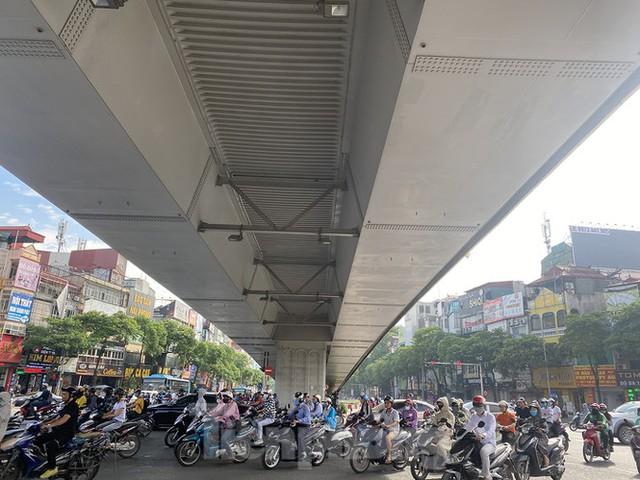 Người dân Hà Nội khổ sở ra đường trong ngày đầu đợt cao điểm nắng nóng - Ảnh 8.