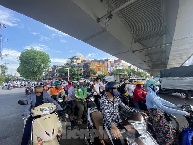 Người dân Hà Nội khổ sở ra đường trong ngày đầu đợt cao điểm nắng nóng - Ảnh 9.
