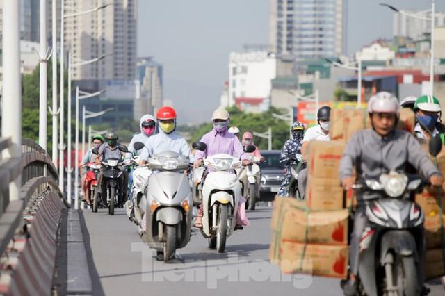 Người dân Hà Nội khổ sở ra đường trong ngày đầu đợt cao điểm nắng nóng - Ảnh 10.