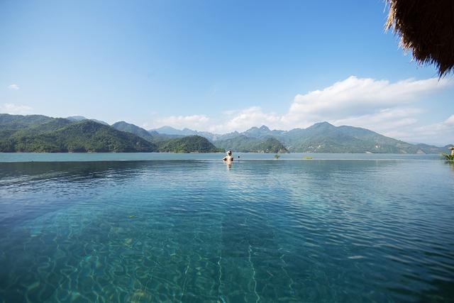 Truy tìm 4 bể bơi vô cực nằm giữa núi rừng: Nơi trú ẩn thần tiên trong những ngày miền Bắc nóng như đổ lửa - Ảnh 5.